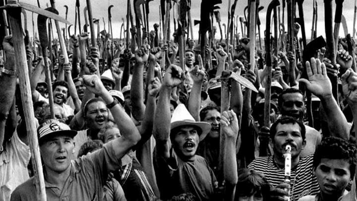 Terra. Immagine: contadini brasiliani che protestano